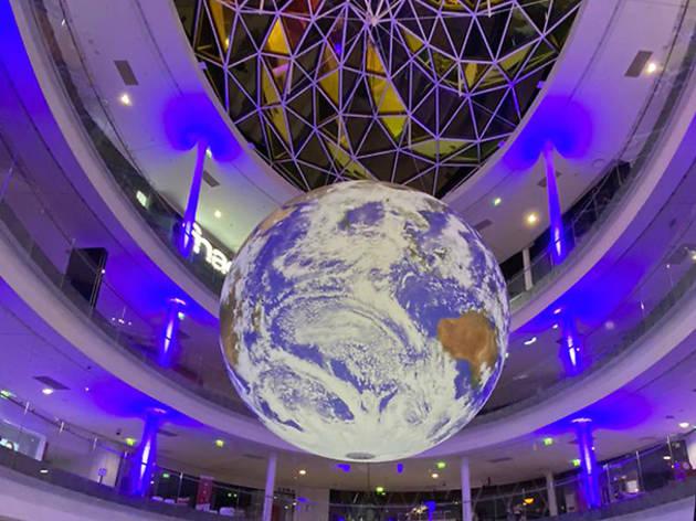 Une immense Terre de 7 mètres de diamètre s'est installée à Beaugrenelle