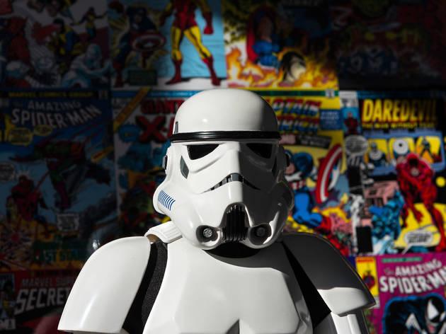 Retrato de un stormtrooper con un fondo de comics