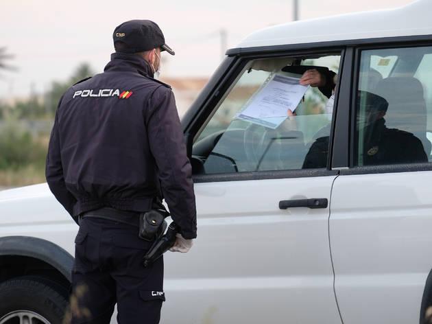 Policía en un control