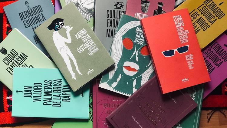 Libros de distintos colores y en desorden