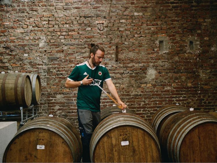 A Pantin, ce brasseur fou fabrique des hybrides entre bières et vins naturels