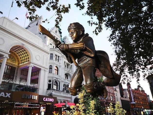 ハリー・ポッターの公式ブロンズ像、ロンドンで公開