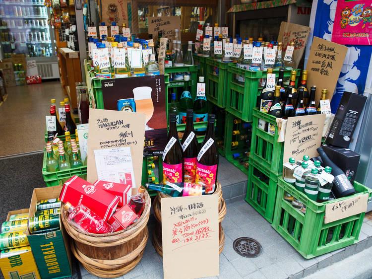 沖縄の酒を吟味する。