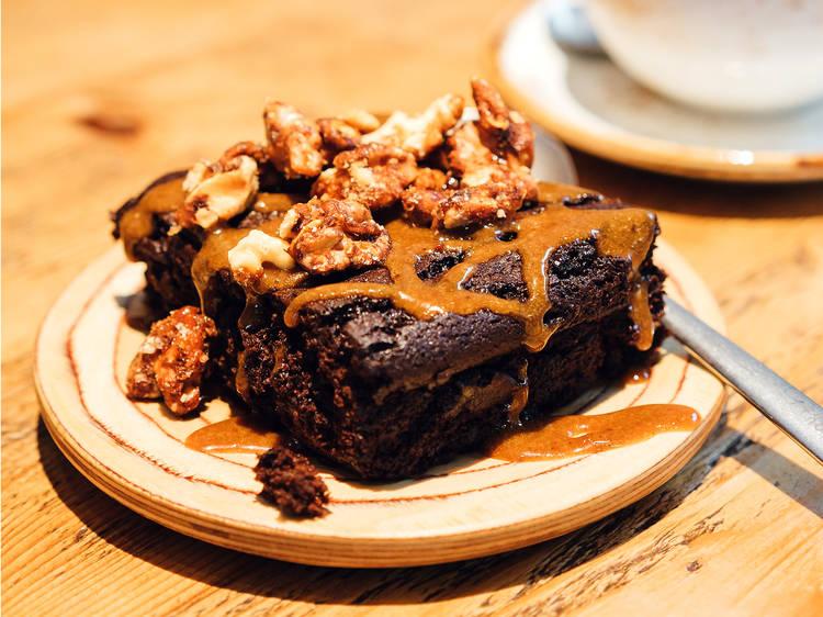 Brownie de couve-flor, caramelo salgado e tahini do Honest Greens