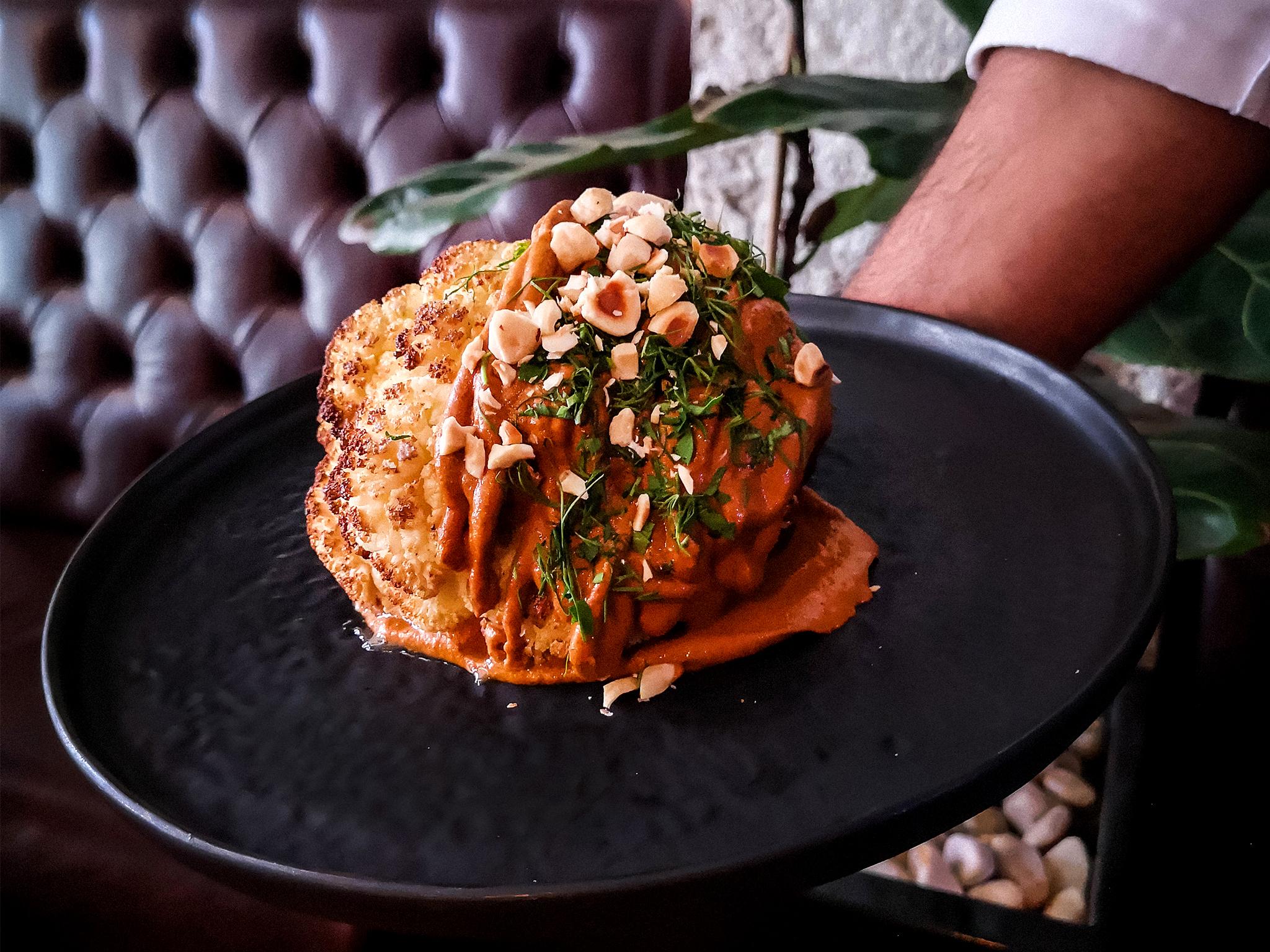 Restaurante, Sala de Corte, Couve-flor assada na brasa com romesco de amêndoa
