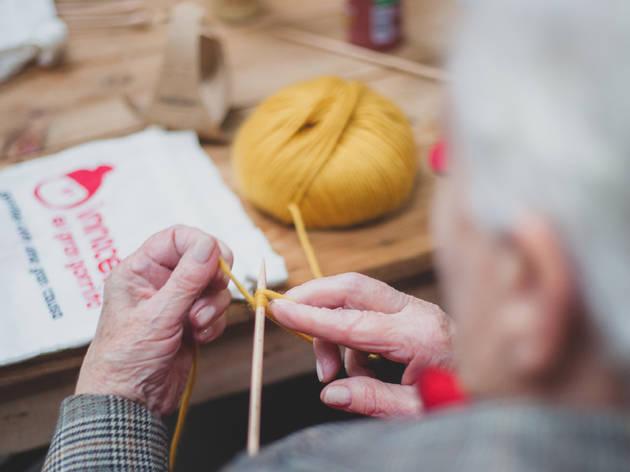 Innocent. Abuela tejiendo lana