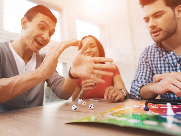 Joves jugant a un joc de taula