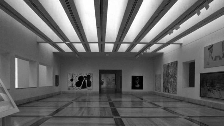Interior de museo en foto grafía en blanco y negro