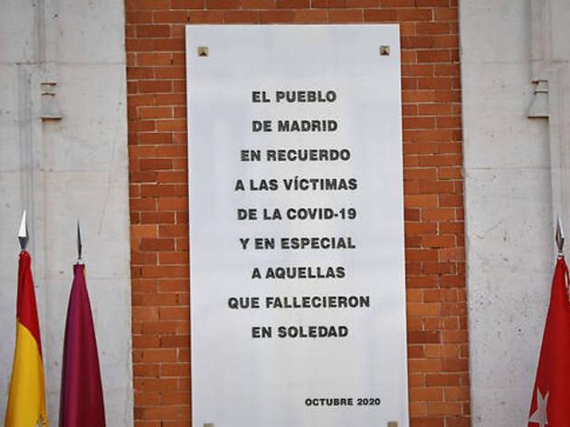 La placa inaugurada en recuerdo de las víctimas de la Covid-19