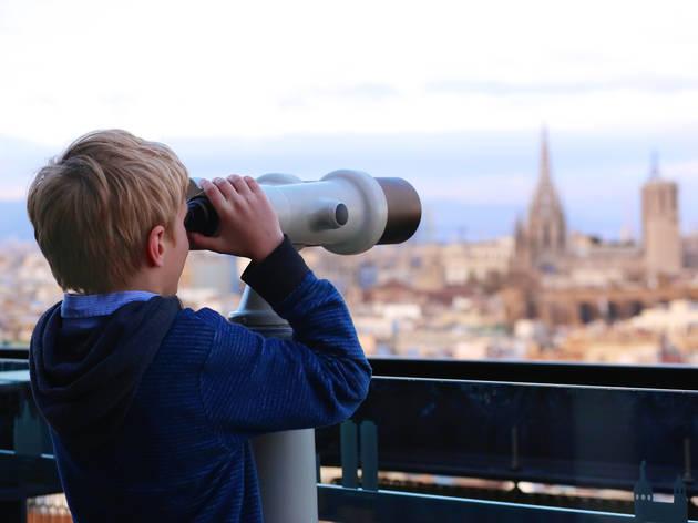 Niño observando barcelona
