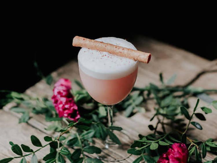 Jouer du shaker chez Botanical by Alfonse, l'un des meilleurs bars à cocktails du pays