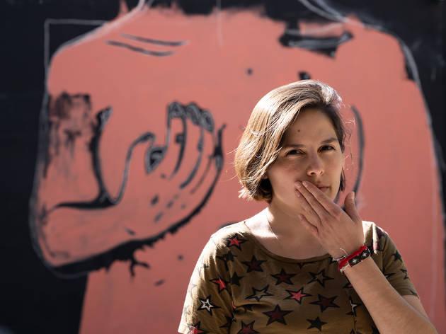 Eréndira Derbez en mural sobre el cáncer de mama