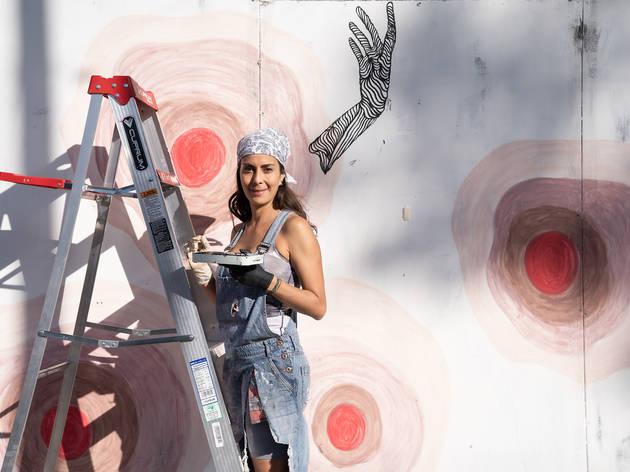 Hilda Díaz sobre mural de cáncer de mama