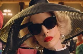 Retrato de Anne Hathaway con lentes oscuros y sombrero en The Witches