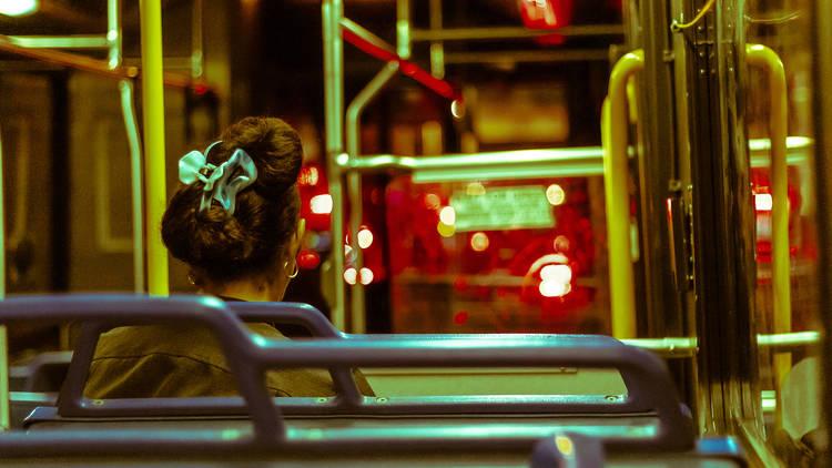 Mujer autobús nocturno