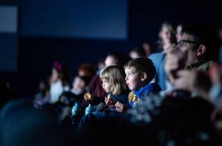 Nens mirant la pantalla de cina a El meu primer festival