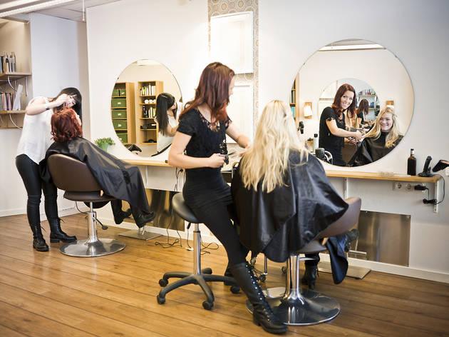 La perruqueria de barcelona que ofereix descomptes a canvi de consumir en bars