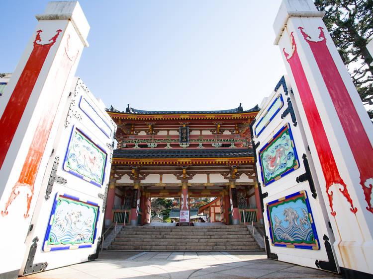 耕三寺の不思議スポットで撮影する。