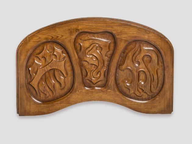 Llinda de porta, d'Antoni Gaudí i Cornet.Taller Casas i Bardés, productor.Barcelona, 1906 Fusta de freixe tallada.Prové de la Casa Batlló, Barcelona Comodat Càtedra Gaudí CGEX 0003