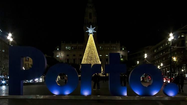 A árvore de Natal costuma ser instalada em frente à Câmara Municipal do Porto
