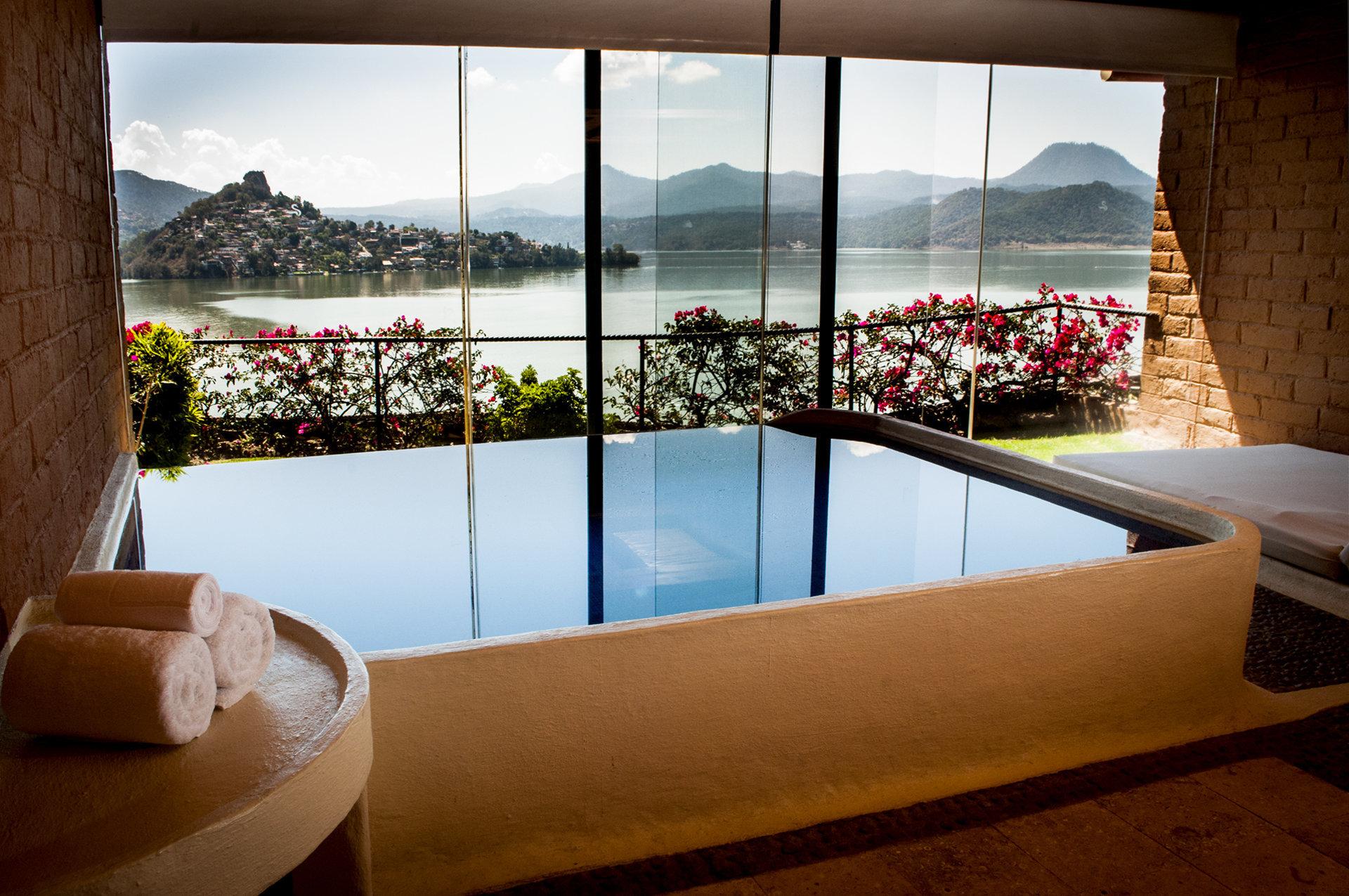 Foto de piscina interior con vista al lago de Valle de Bravo
