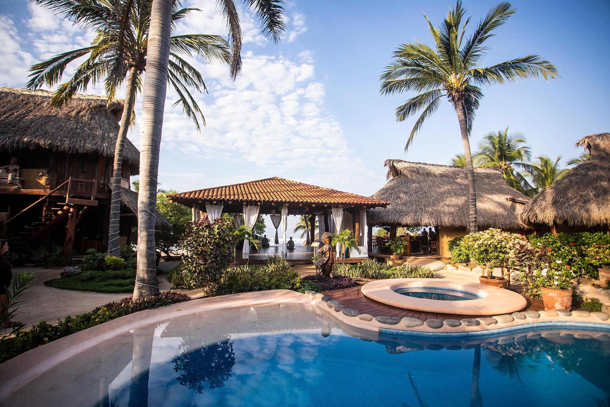 Foto exterior de una habitación de hotel con vista a piscina