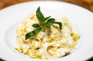 Fettuccine Alfredo en plato blanco