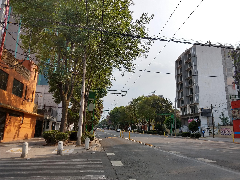 Avenida con edificios de fondo y sin autos