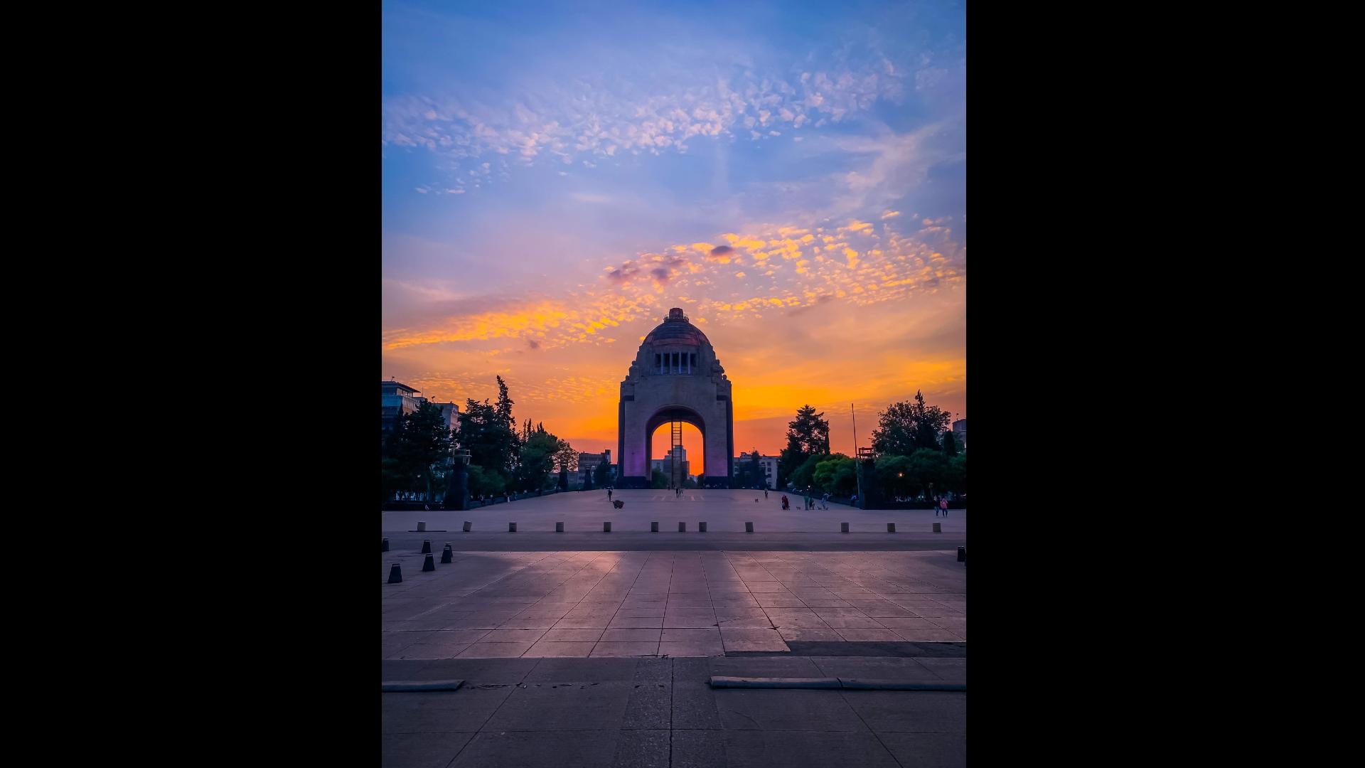 Monumento a la Revolución durante al atardecer y sin gente