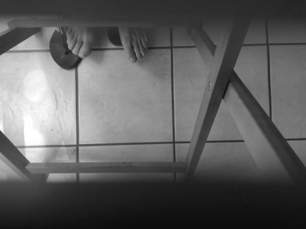 Foto en picada de pies en blanco y negro