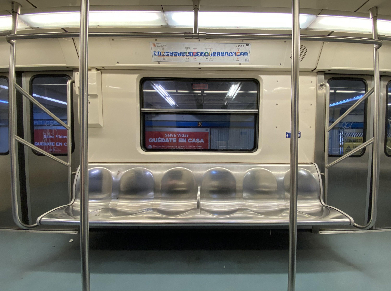 Interior de un vagón de metro vacío