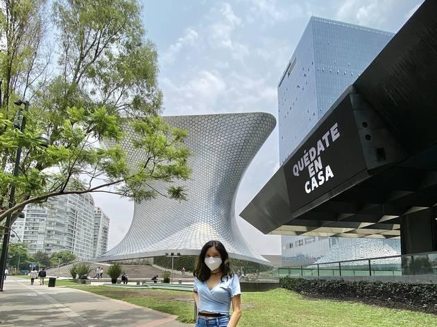 Una mujer posa en el exterior del Museo Jumex y Teatro Telcel