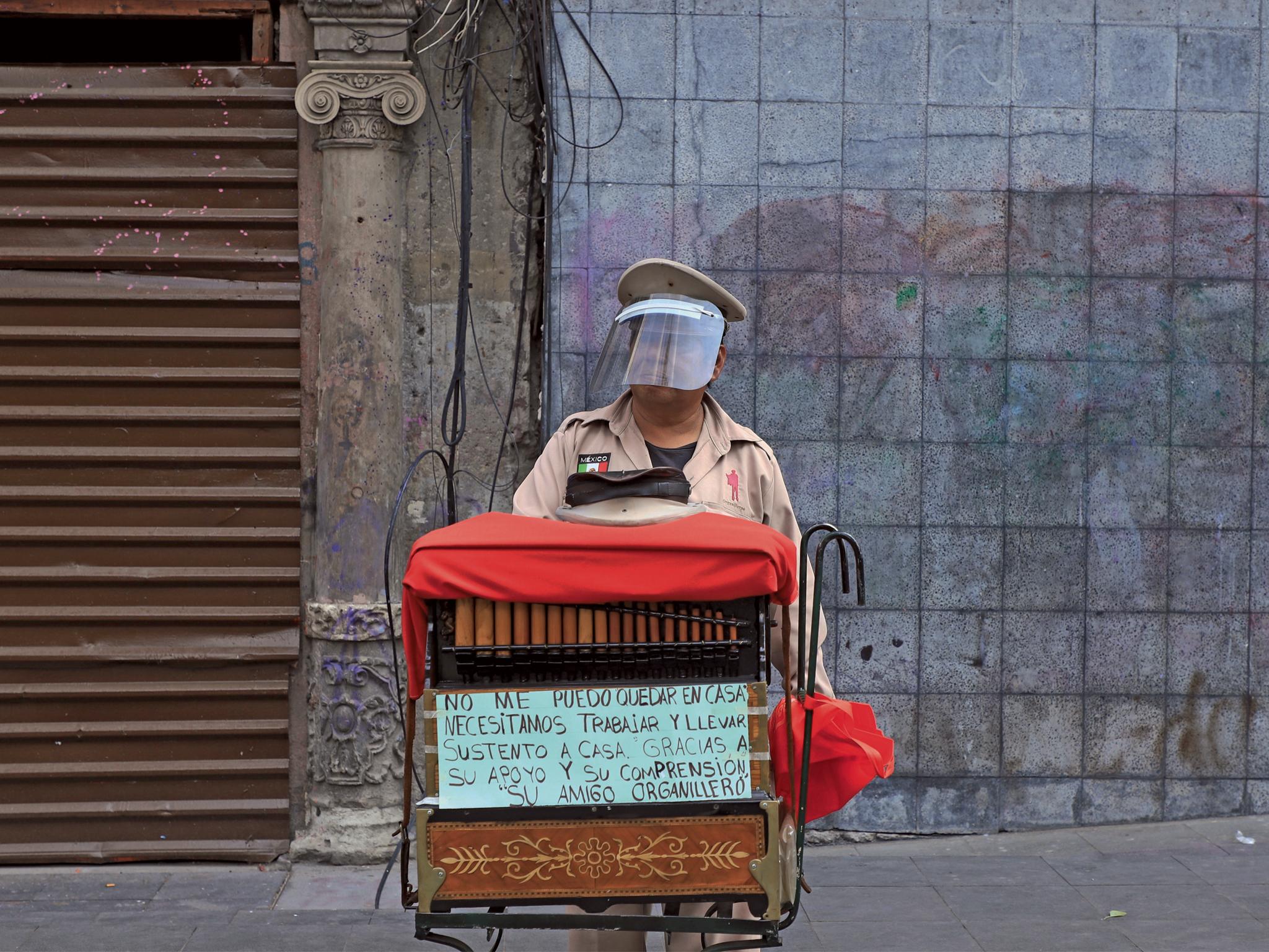 Retrato de un organillero en una calle de la CDMX