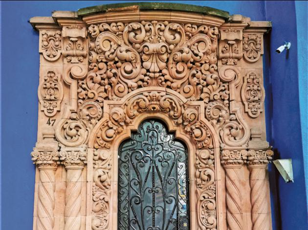 Fachada de cantera rosa y pared azul en la CDMX