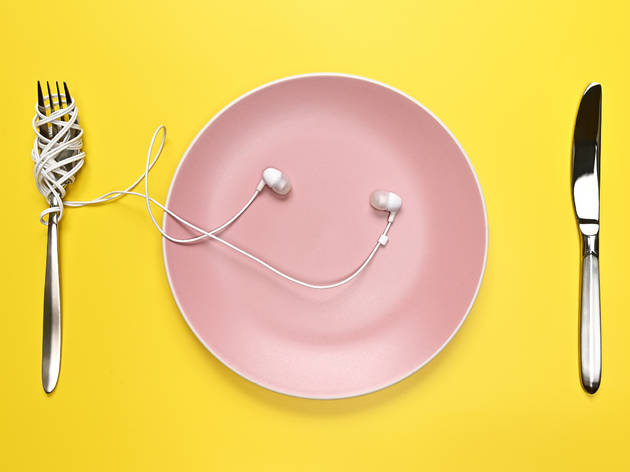 Headphones, plate, knife and fork: food podcasts!