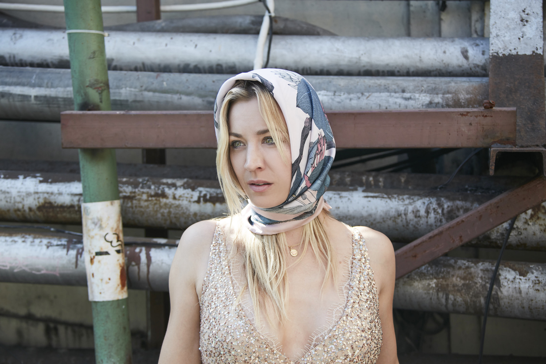 Na nova minissérie da HBO, Kaley Cuoco está com uma ressaca de caixão à cova