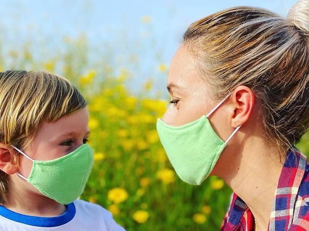 Estas máscaras são feitas com plástico recolhido do oceano