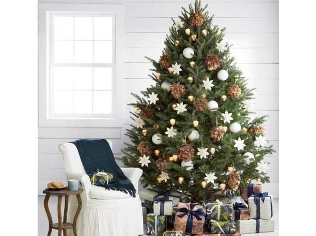 Árbol de Navidad en interior de paredes blancas