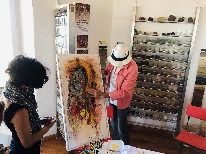 Dos artistas trabajando en una pintura