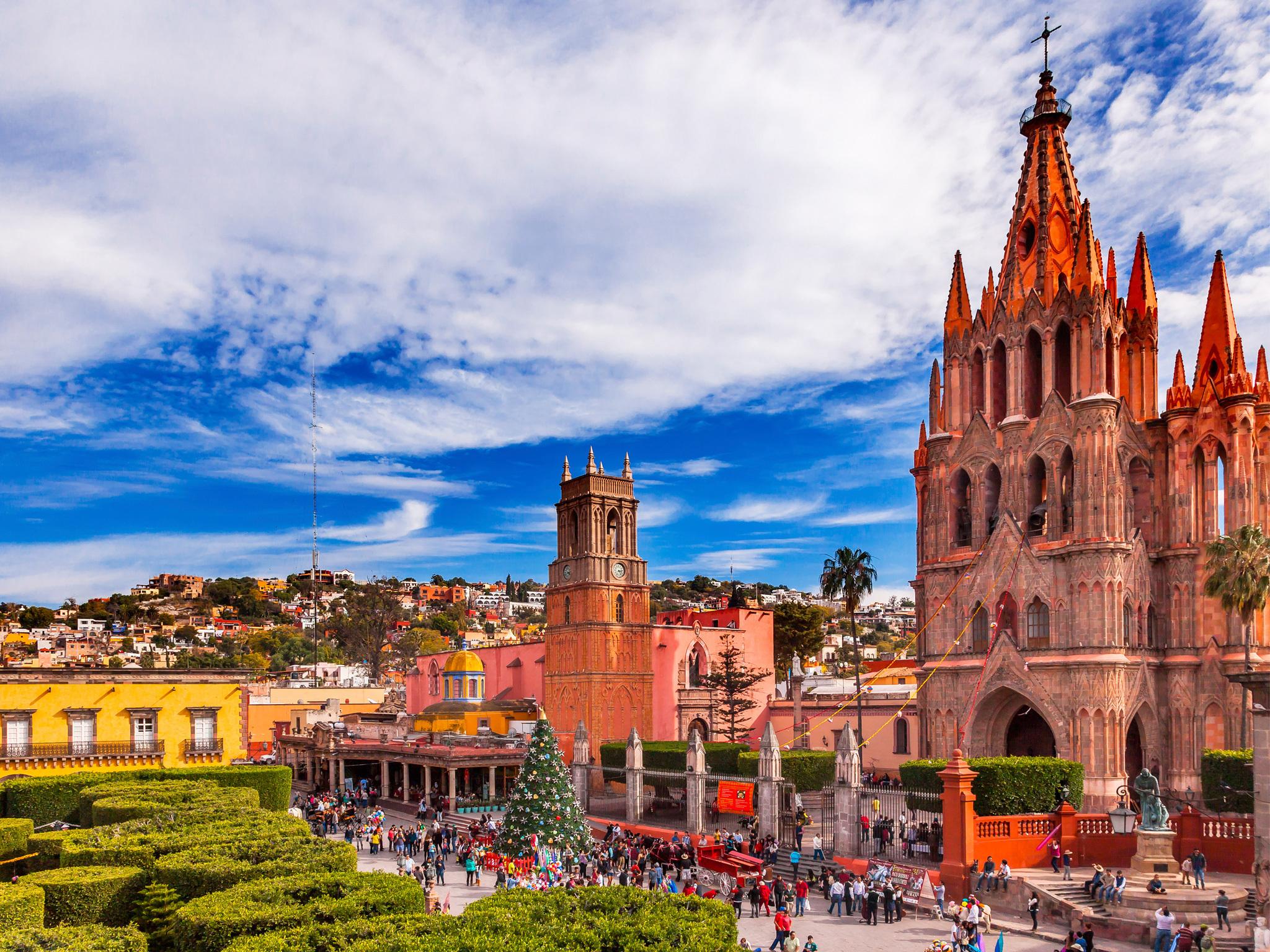 Centro de San Miguel de Allende con catedral al fondo