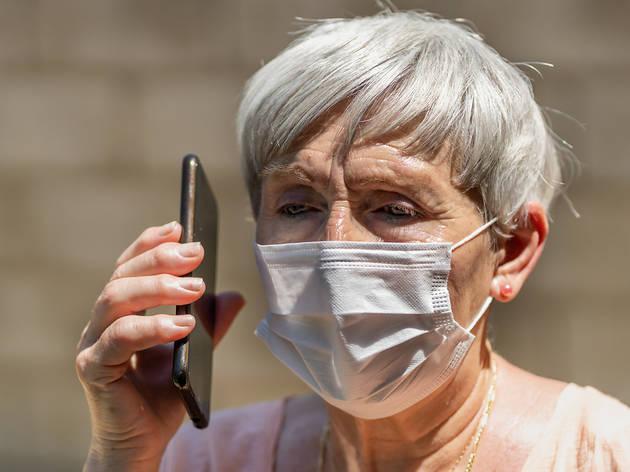 Dona gran parla per telèfon