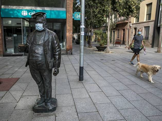 """Escultura de """"Pau Farinetes"""" amb una mascareta"""