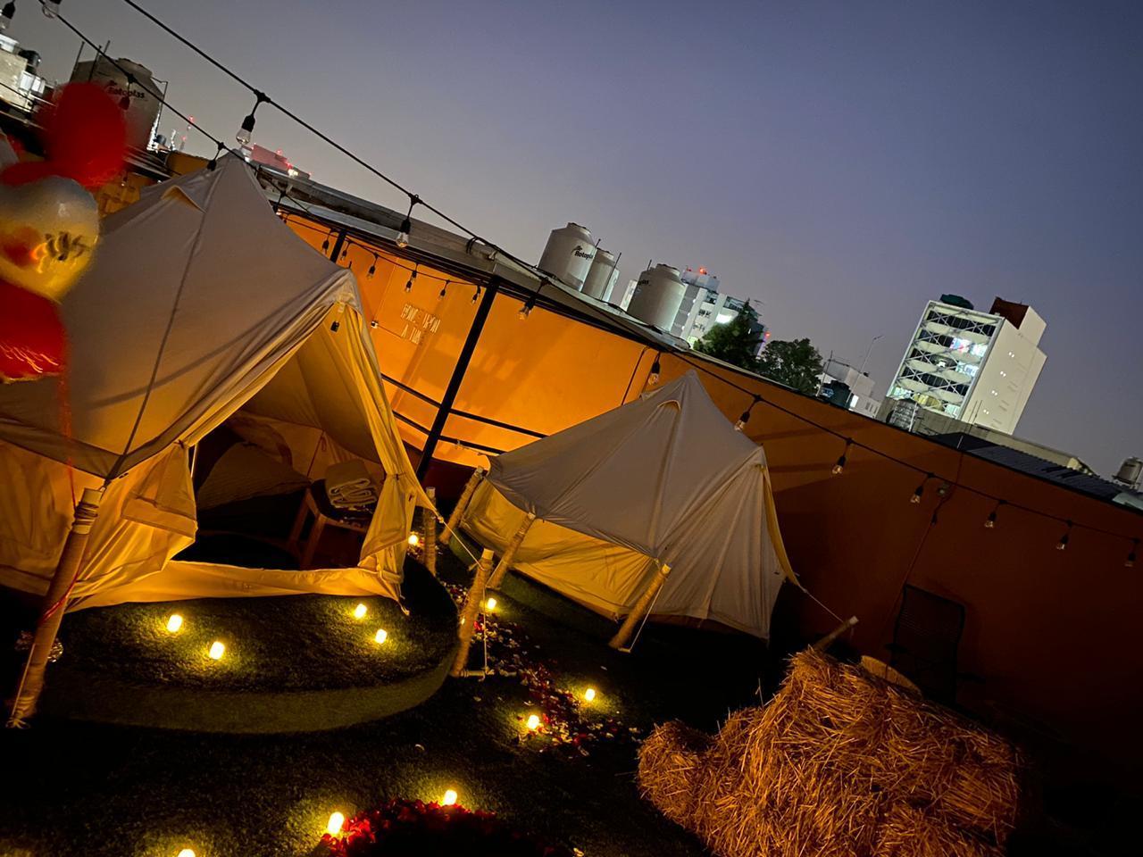 Roof garden con tepees en la noche
