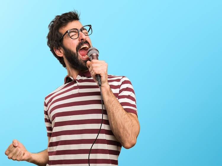 Les 35 millors cançons de karaoke per muntar una festa a casa