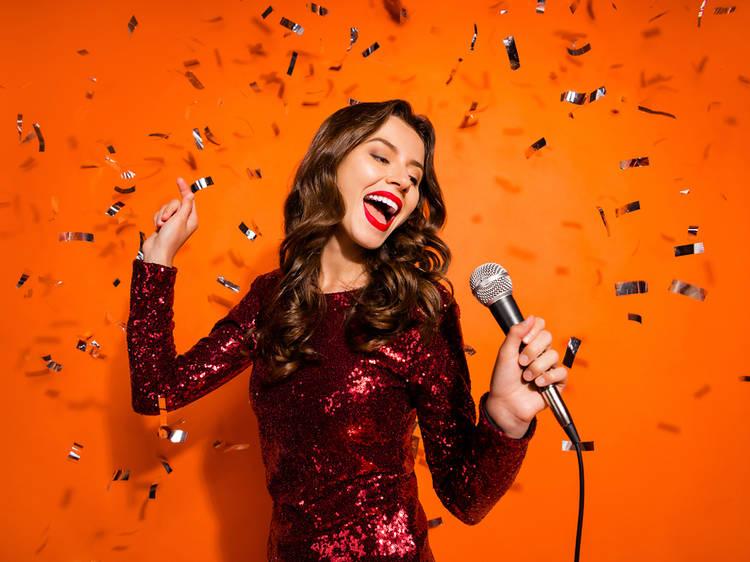 Las 35 mejores canciones de karaoke para montar una fiesta en casa