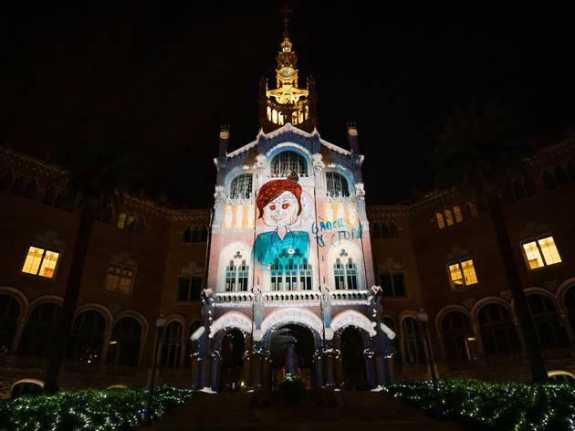 La façana del Recinte Modernista de Sant Pau es transforma en un homenatge als sanitaris