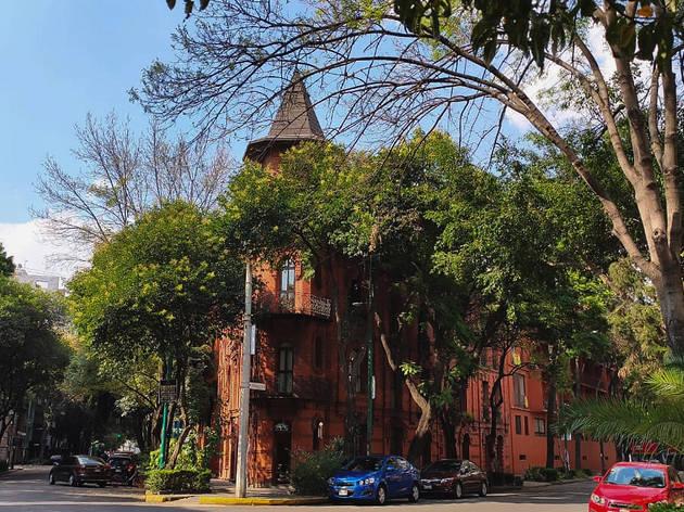 Fachada roja de Edificio La Colorada de R.A. Pigeon en la CDMX
