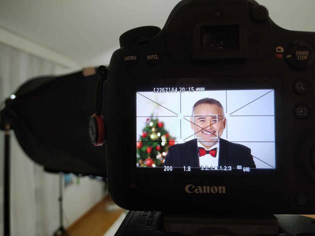 Cámara fotográfica digital enfocando el rostro de Javier Camarena