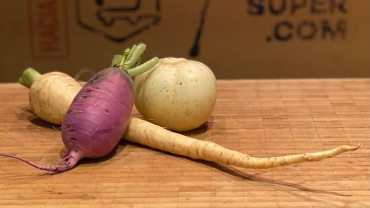 Tres vegetales sobre una mesa de madera