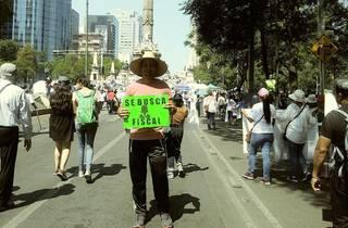 Foto de cuerpo entero de un hombre en una manifestación sobre Reforma